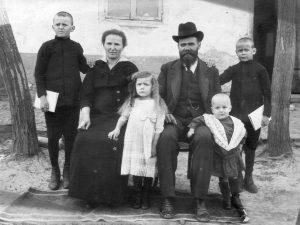 adam_lydia_sezonov_1917